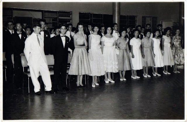 MEMÓRIAS OURINHENSES: AS FORMATURAS ESCOLARES AO LONGO DE TRÊS DÉCADAS  Alunos do curso ginasial do IEHS em cerimônia de formatura, no ano de 1957.
