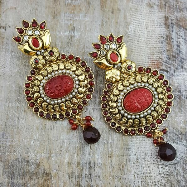 Malvika - Embellish your earlobes with these traditional and feminine gold earrings with red highlights.