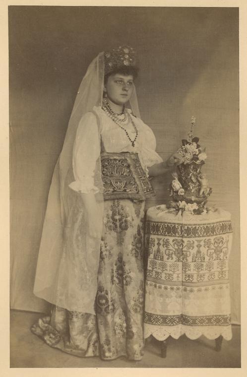 Devitsa v polnom velikorusskom kostiume Torzhskovskago starinnago nariada. From New York Public Library Digital Collections.