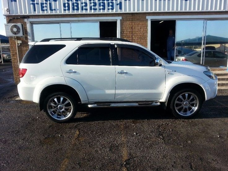 Excellent condition/ White with black leather seats/ Running boards / Roof carrier /nudge bar.Refinance your current vehicle to have some cash in hand and pay a lower installment.Finance available and trade-ins welcome.Private to private finance also available here.Call : Gillmore 072 798 5898