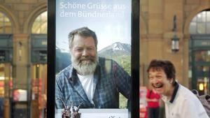 """""""Guda Tag, schöne Frau!"""" Almbauer erweckt Werbetafel zum Leben"""