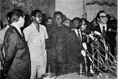 Elementos do Governo de Transição de Angola: Lopo de Nascimento (de claro), Johnny Eduardo Pinnock (1º. Ministro) e José N´Delé. Também se vê Almeida Santos, à direita, de óculos. Foto do jornal  A Província de Angola (1 de Fevereiro de 1975)
