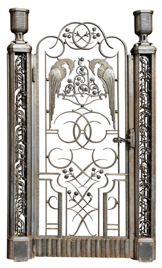 RAYMOND SUBES, attribution, hammered wrought iron gate with two uprights surmounted by urns framing a door decorated with arabesques, floral motifs and stylised birds. Circa 1930. Dimensions : 70 ¾ x 42 ¼ in