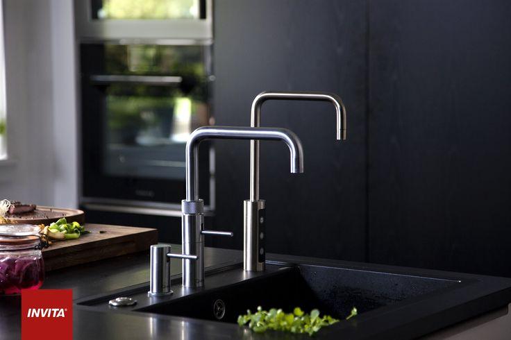 Køkken med kværn, Quooker og Qooler: Vasken er placeret for enden af køkkenøen af hensyn til familien, der gerne vil være med i madlavningen. Udrustningen af vasken med kværn, Quooker og Qooler er til gengæld gastromandens værk.