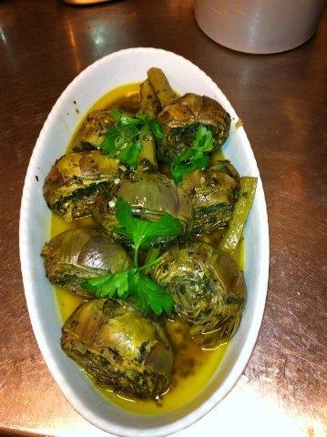 """I nostri carciofi di qualità romanesca, preparati alla """"Romana"""", al tegame con: aglio, olio, prezzemolo e mentuccia."""
