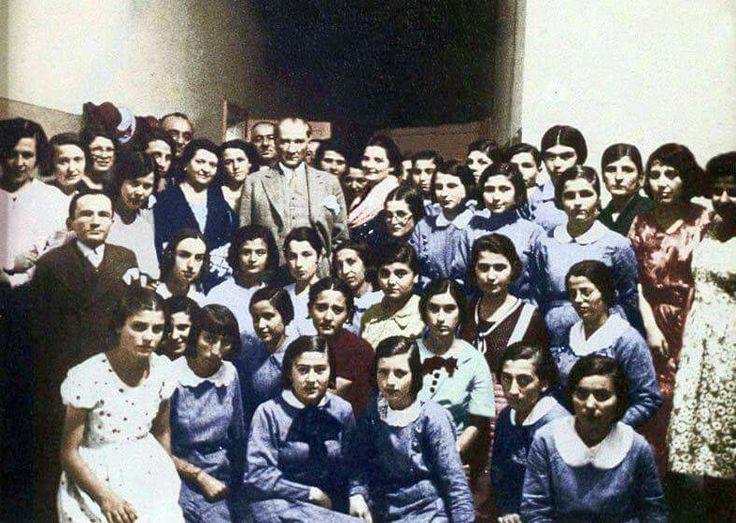 Atatürk sınavdan sonra Ankara İsmet Paşa Kız Enstitüsü öğrencileriyle 27 haziran 1933