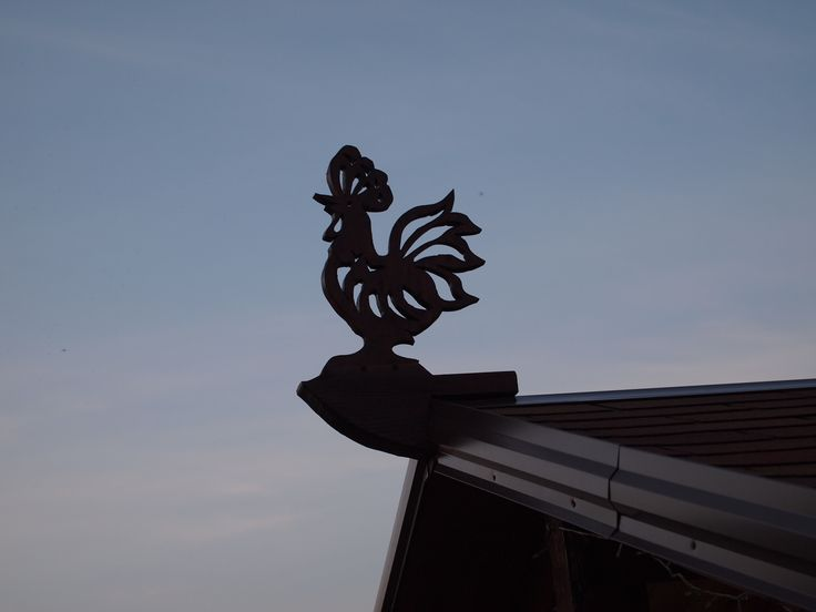 Cock on the roof. The fact that this bird has traditionally been considered a symbol of vigilance, she attributed to various magical properties. Rooster is not only proclaimed his cry of the occurrence of each new day, but also at popular belief, repels evil spirits, he warned of possible diseases, dare from thieves at home, and even warned the fires.