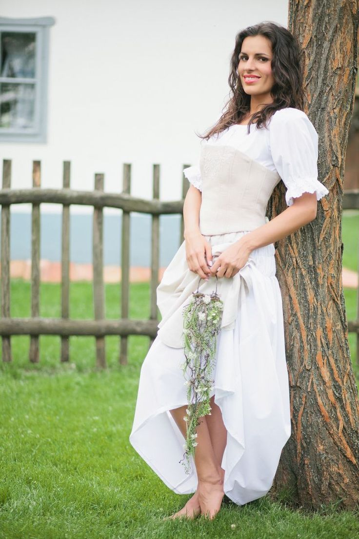 Menyasszonyi ruha hímzett fûzõvel(Foto:Bell Studio/Esther&Gabe)