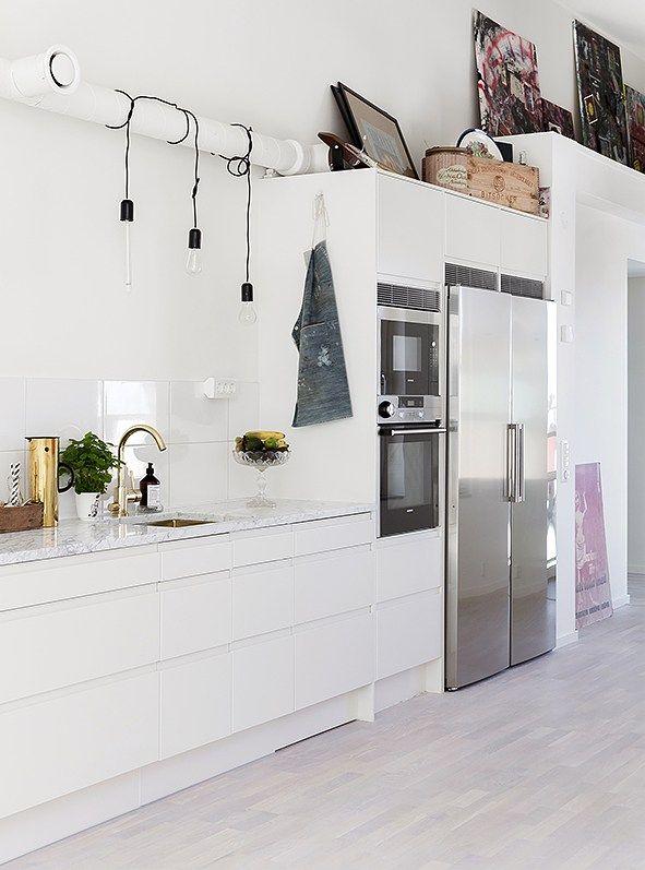 Witte keuken met RVS koelkast - voor meer keukeninspiratie http://www.uw-keuken.nlLU000