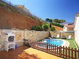 Fijne Spaanse villa, ideaal voor gezinnen met een omheind privé zwembad, barbecue, tuin, terras, grasveld en balkon nabij Lloret de Mar.