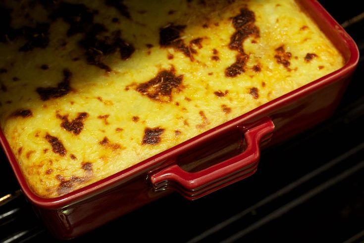 Jaren geleden kwam ik in aanraking met de Griekse Moussaka door de wereldgerechten van Knorr. Toen was het bereiden van zo'n ovenschotel een culinair hoogstandje. Gelukkig is het maken van je eigen, helemaal zelf gemaakte, Moussaka net zo makkelijk, maar smaakt daarentegen wel een stuk beter.