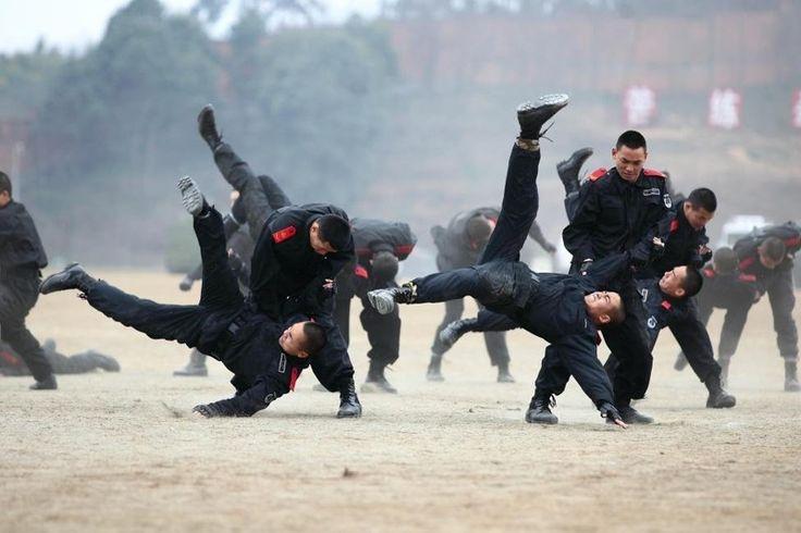 Тяжело в учении, легко в бою: 30 фотографий с тренировок китайских вооруженных…