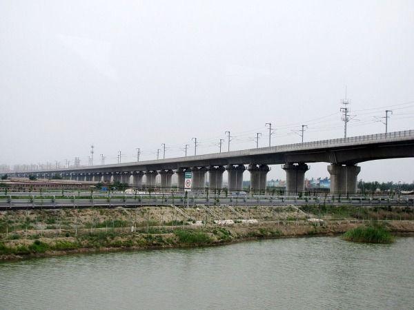 #8 Yangcun Bridge  Built in China in 2007, the Yangcun Bridge is a Beijing-Tianjin intercity railway that is 22.25 miles (35.8km) long.