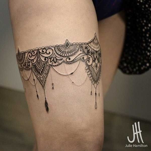 .  . Sie gehören zu den sehr sinnlichen Motiven der Tattoo-Welt. Die Rede ist von den Ornament-Tattoos, die aussehen wie Spitze. Strumpfbänder, Schleifen und vieles mehr - Lace-Tattoos sind einfach nur traumhaft schön.  .  .  …
