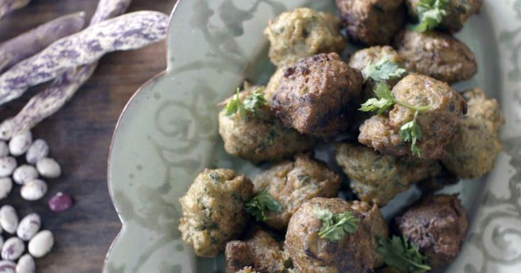Marie Mandelmanns recept på friterade bondbönsbollar med lök, persilja och vitlök.
