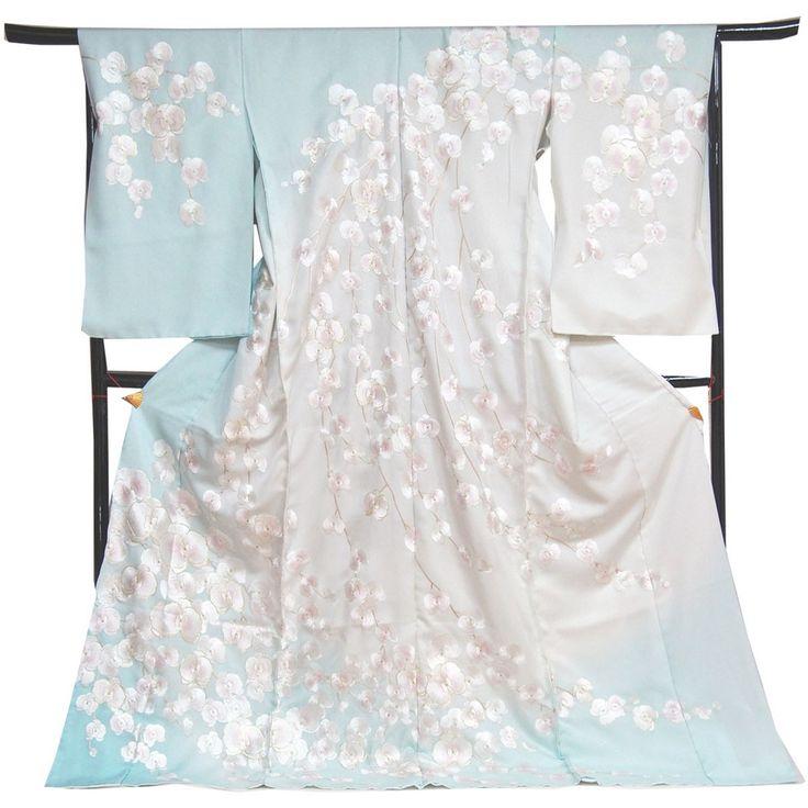 丹後ちりめん銀通しの生地に、胡蝶蘭の文様を手刺繍した訪問着。 柔らかい水色とオフホワイトの染め分けぼかしのとても素敵な地に、花の中心部をほんのりと淡い桜色でぼかした白糸と金糸で胡蝶蘭の文様を手刺繍