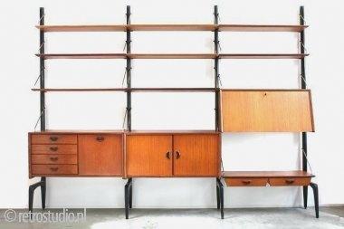 Wébé wandsysteem.  Vintage jaren 50 wandsysteem van het Nederlandse merk Wébé ontworpen door Louis van Teeffelen. Het wandsysteem bestaat uit 4 staanders, 9 planken en 3 kastjes waarvan 1 als bureau te gebruiken is. De afmeting van het systeem is 258 cm L/ 40 cm B/ 200 cm H.