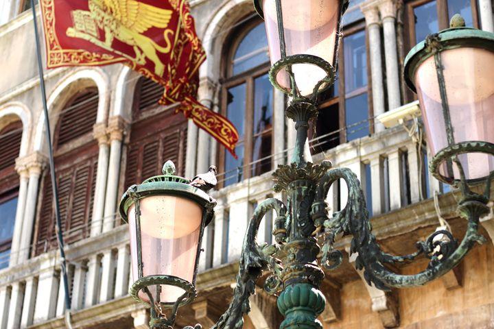 Venedig | Venice | Venezia | Travel | Travelblogger | Traveller | Italy | Italien | Flag | Flagge | lamp | Lampe | city | Street lamp