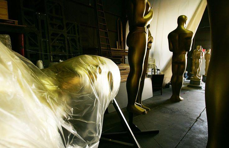 Самое интересное в истории «Оскара» http://kleinburd.ru/news/samoe-interesnoe-v-istorii-oskara/  Голый фотограф, Марлон Брандо и индейцы, исчезнувшая статуэтка и другие запоминающиеся моменты «Оскара» за всю историю кинопремии. В Лос-Анджелесе прошла 89-я церемония вручения наград премии «Оскар», главным событием которой стал конфуз вокруг номинации «за лучший фильм». Награду киноакадемии уже держали в руках продюсеры мюзикла «Ла-Ла Ленд», как стало известно, что произошла ошибка: статуэтка…
