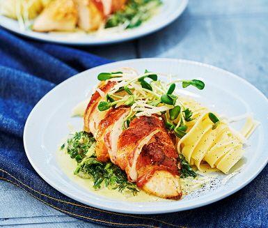 Kyckling är gott, bacon är gott och tillsammans blir det en förträfflig kombination. Här lindas de saftiga filéerna in i baconet och steks på båda sidor i smör innan de får avslutas i ugnen. Den läckra parmesanstuvade spenaten ger ett krämigt och smakrikt intryck som tillbehör till denna rätt.