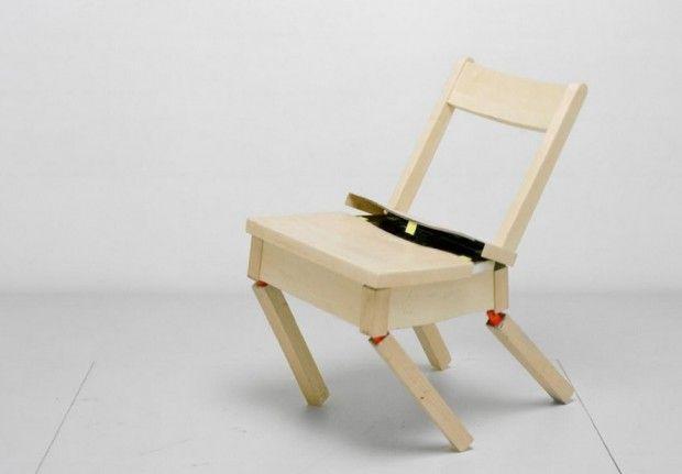Título de la obra: The robotic chair Nombre del autor: Max Dean, Raffaello D´Andrea y Matt Donovan comentario: Es una silla que se desarma y se arma por sí sola. Es verdaderamente impresionante: de un momento a otro explota en distintas partes y lentamente, mediante un complejo sistema de ruedas y sensores que identifica los extremos, vuelve unirse y a tomar forma de silla. El enlace: http://ounae.com/obras-arte-sonoro-cinetico-tecnologico/       https://www.youtube.com/watch?v=t5pvZoZwzh0