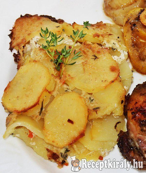 Csőben sült krumpli (burgonya gratin)Hozzávalók:1 kg krumpli 5 dl főzőtejszín 1 ek só (ízlés szerint) őrölt fehér bors szerecsendió 1 tk ételízesítő 4-5 szál kakukkfűág (friss vagy szárított) 3 dkg vajElkészítés