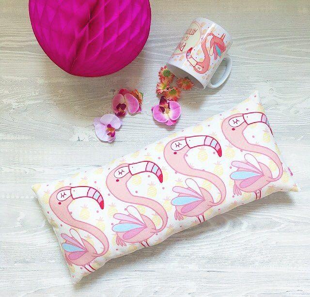 Ok, iniziano i conti alla rovescia per Natale... io, personalmente, sto contando quando manca all'estate! 😂😂 Cosa c'è di meglio di una fila di fenicotteri per sentirsi già in spiaggia? (La tazza è esaurita!!!) 💗🙌🏻🎄 #natale #xmastime #eragennaiosolounannofa #handmade #fenicotteri #flamingo #loveflamingo #flamingopassion #pillow #flamingopillow