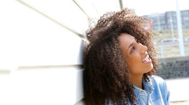 Fitagem em cabelo crespo: conheça a técnica que cria cachos definidos e volumosos - Bolsa de Mulher