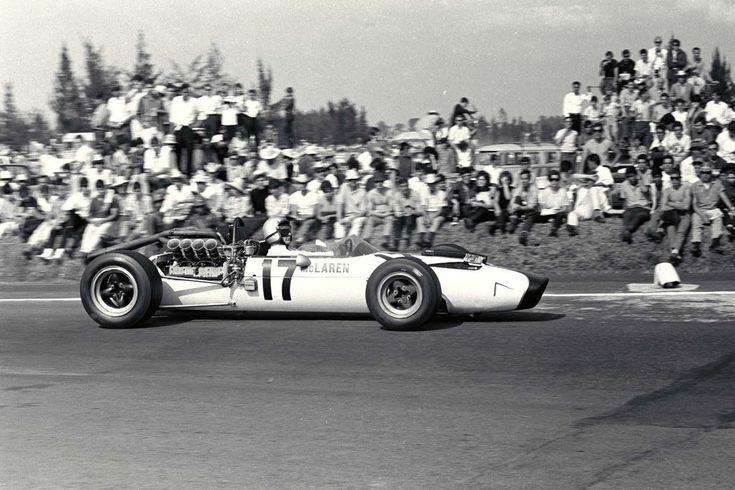 Bruce McLaren no Grande Prêmio do México de 1966, ao volante do ...