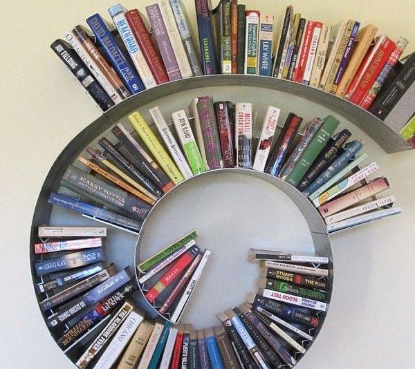 Dale un toque de fantasía a tu espacio de lectura, manteniendo su colección literaria inmensa en la estantería de caracol. El diseño minimalista audaz de la estructura ayuda a ahorrar espacio al tiempo que añade un toque de originalidad.