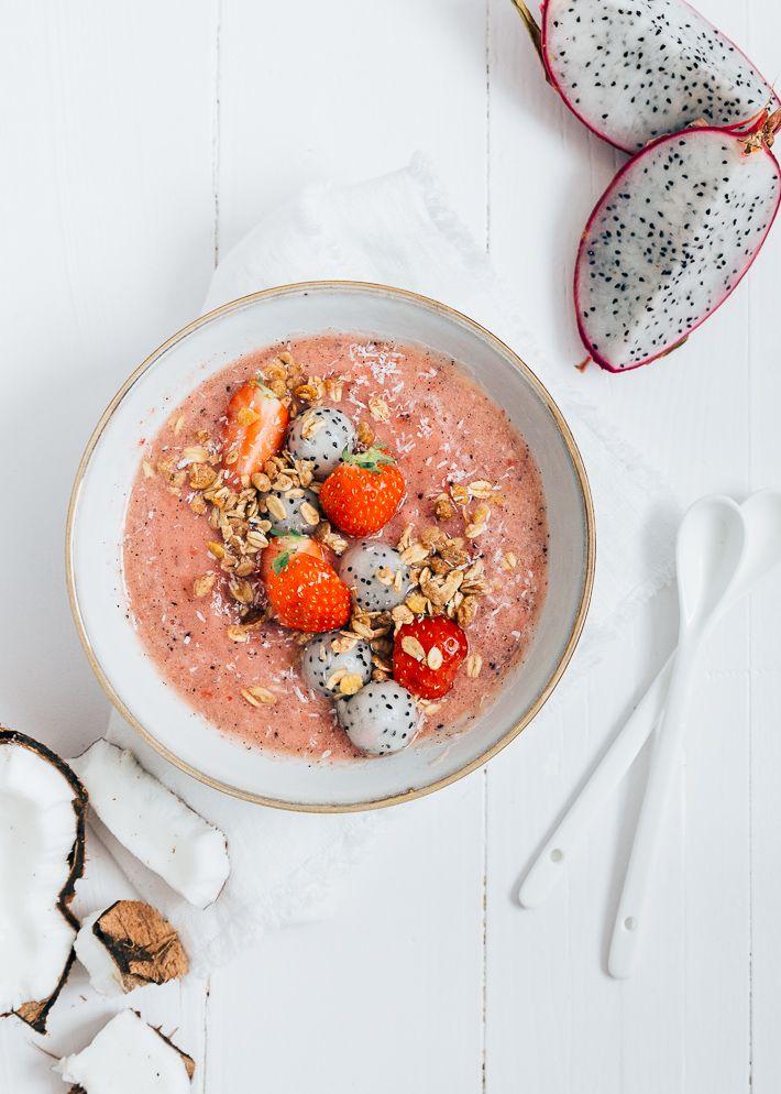 Deze dragon fruit bowl zou zeker niet misstaan op een tropisch eiland. Een lekkere breakfast bowl met dragon fruit, kokos en ananas.