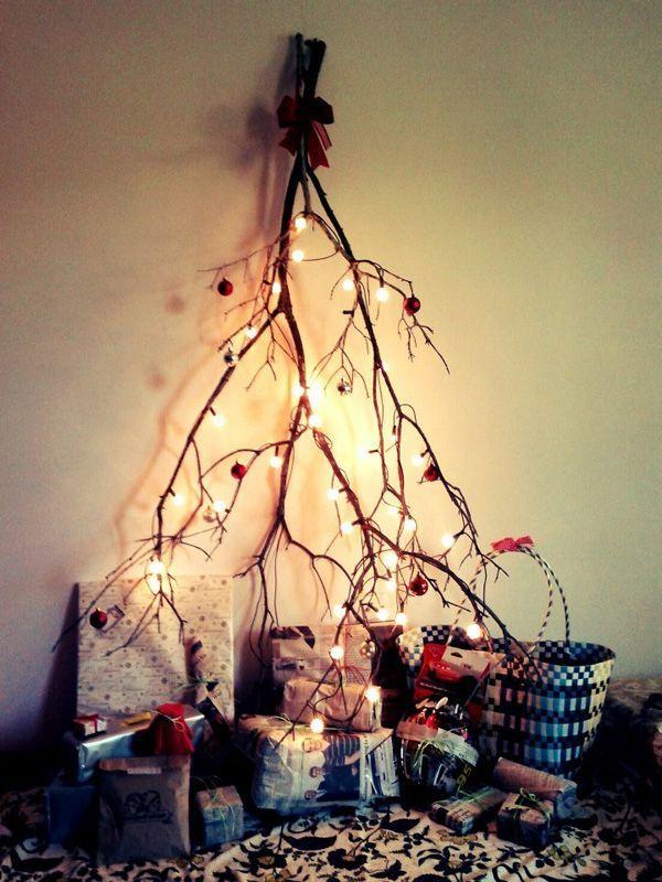 Une simple branche retournée avec de petits lampions  http://www.homelisty.com/deco-de-noel-2015-101-idees-pour-la-decoration-de-noel/
