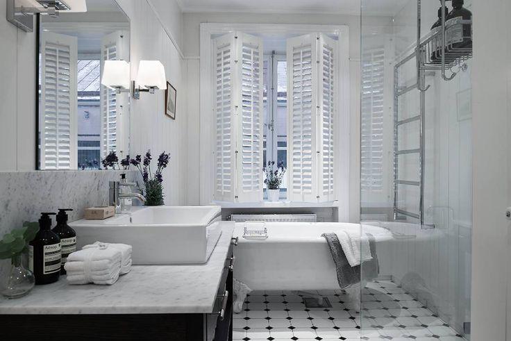 Stockholm finest  Fint på Norrmalm, Stockholm - vem har sagt att ett badkar måste vara stort? Nope inte när det är såhär snyggt. Tagga gärna någon som du tror skulle gilla detta. #renovering #hemnet #stockholm #sekelskifteslägenhet #sekelskifte #victorian #instainterior #onlyinterior #skandinaviskehjem #levaochbo #tiles #kakel #klinker #luxury #bathroom #badrum #bathtub #finahem #interiør123 #boligmagasinet #tillsalu #mäklare #hemnetinspiration #french #sekelskifteshem Source…