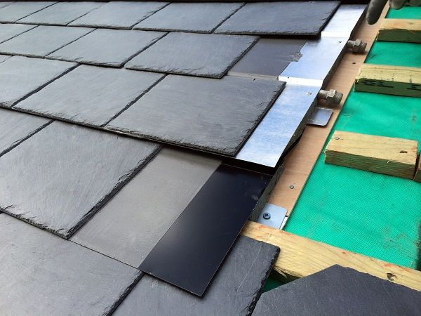 Le système de capteurs solaires thermiques THERMOSLATE®, en ardoise naturelle installée avec vis, s'adapte aux couvertures en ardoise naturelle de format 50x25.