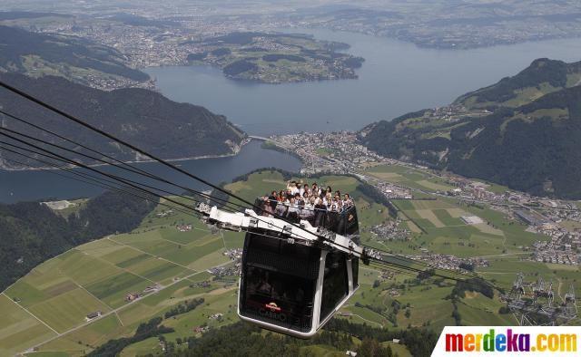 Kereta gantung bertingkat ini menjulang hingga 1.900 meter ke atas Pegunungan Alpen Swiss dan dapat memacu adrenalin.