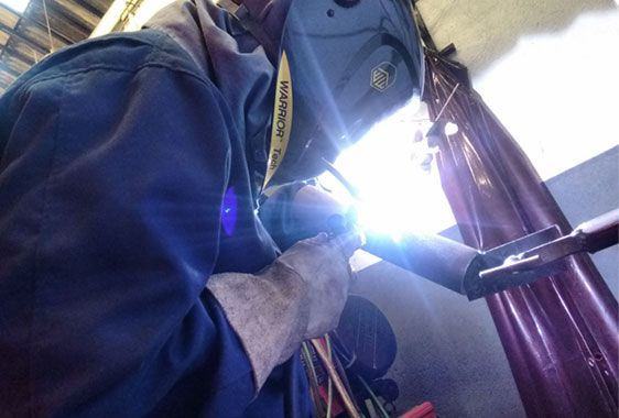 Imagem Qualificamos Soldadores e Procedimentos da página de Sobre nós da Inspesolda. Descrição: Está imagem apresenta um soldador realizando um teste de soldagem em um tubo de 2 polegadas na posição de soldagem 6G utilizando o processo de soldagem TIG.