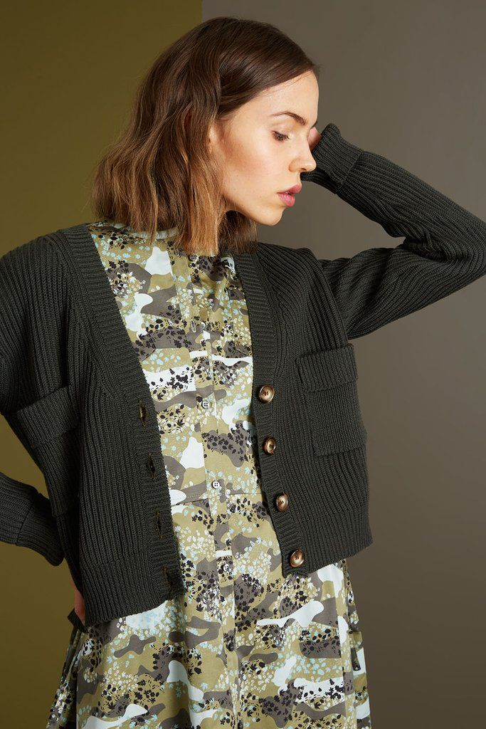 https://www.riski-studio.com/collections/aw-2017-18-kontulan-monnit-1/products/merino-v-neck-cardigan?variant=50210321684