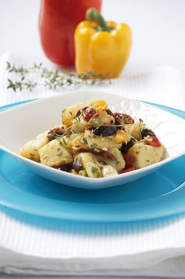 Πατατοσαλάτα με ψητές πιπεριές, ελιές και λιαστές ντομάτες!