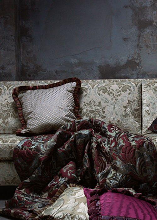 Exclusieve gordijnen Glamoureuze, kostbare, extravagante stoffen. Stoffen die tot kunst verheven mogen worden en die kamers voorzien van paleiselijke grandeur met al zijn schoonheid, stijl, warmte en gevoel. De collectie combineert luxe van hoge kwaliteit en de kleuren zelf zijn juweeltjes. Perfect voor degene die zich graag omgeeft met textiel, elegante verwennerij of gaat voor gevarieerde