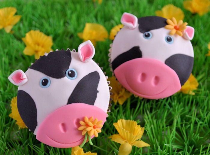 Met deze duidelijk how to maak je binnen een handomdraai een hele serie van deze leuke koeien cupcakes.