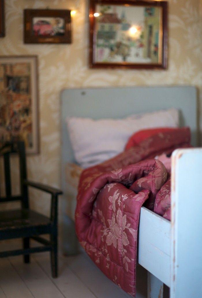 Nu har vi julpyntat lite i Bertils barnkammare. Klart han ska få ha en adventsgran! I hans rum tror jag faktiskt inte att det finns en enda nyköpt möbel eller tavla – allt är loppisfyndat,...