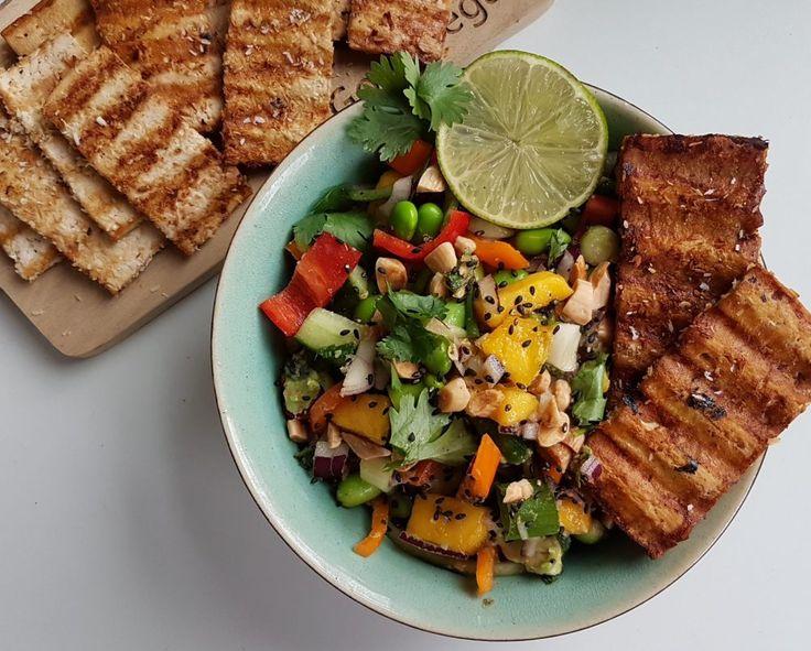 Aziatische salade met gegrilde kokos-tofu