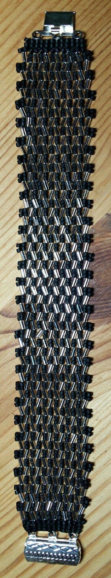 Zwart/zilveren armband in herringbone.