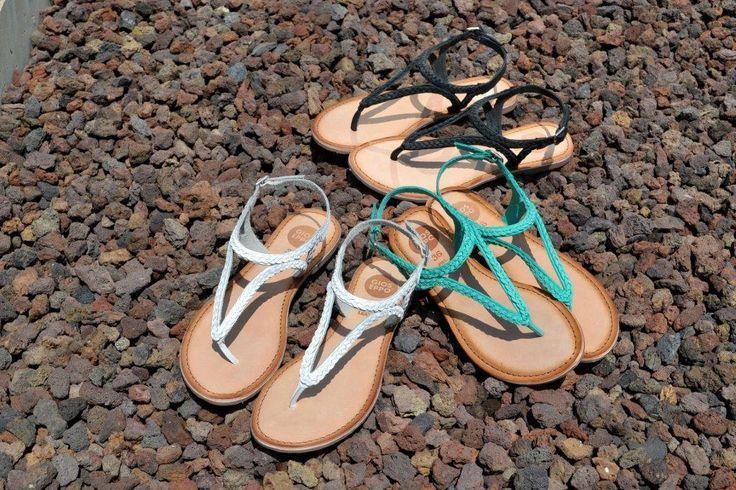 Looks chics para el verano con las #sandalias trenzadas de entrededo con tiras entrelazadas de Gioseppo Footwear. Blanco, turquesa o negro ¿Cuál te quedas?