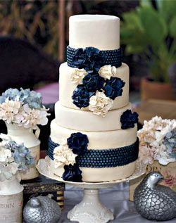 These sugar-made blue hydrangeas perfectly match the color palette.