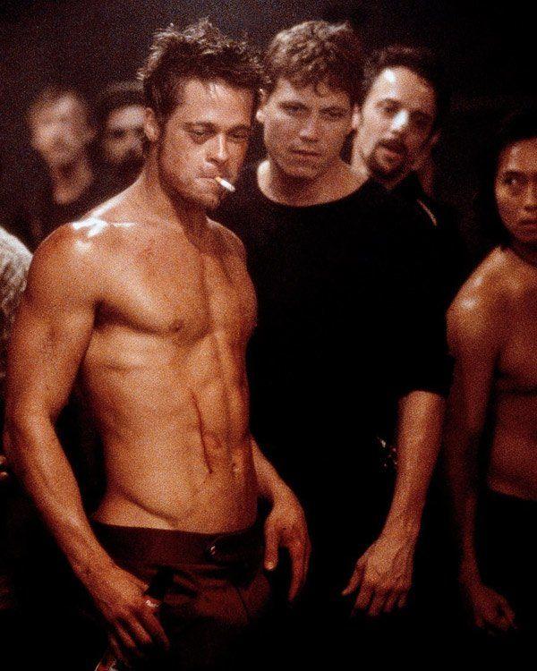 """Jetzt kommen wir richtig in Fahrt, super Schauspieler, beste Regisseure, gute Filme eben- gleich nochmal Brad Pitt, gleich nochmal als Schläger, dieses Mal unter der Regie von David Fincher: In """"Fight Club"""" (1999) haut sich Brad mit Edward Norton die Lippe blutig und bringt ganz nebenbei auch noch clevere Konsumkritik unter. Ein grandioser Film! Und das Beste: Das allerallerschönste Lied aller Zeiten ever (echt jetzt!) läuft beim furiosen Finale (""""Where Is My Mind"""" von The Pixies) - also…"""