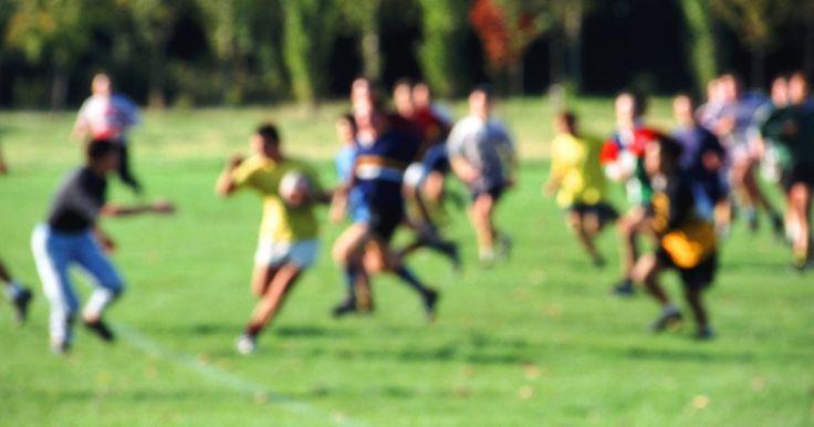 ¿Qué equipamento se requiere para jugar Rugby?. El rugby es un deporte físicamente extenuante de ritmo rápido, que combina combates brutales de contacto con habilidades finas. Ambas encarnaciones, Rugby Union and Rugby League, requieren muy poco equipo, en gran parte opcional. A diferencia del fútbol americano, los jugadores de rugby a menudo chocan sus cabezas sin casi nada que los proteja. En ...