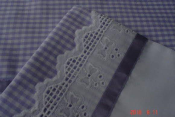 Jogo de lençol para berço com04 peças. lençol de baixo com elástico, lençol de cima, e duas fronhas. Tamanho à combinar, é possível bordar as iniciais do nome na fronha e no virol do lençol de cima. Tecido base percal 200 fios, tricoline, fita cetim e bordado inglês de algodão. Várias opções de cores, excelente sugestão para presente.