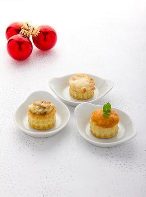 Ideale hapjes voor bij het aperitief: Mini-pasteitjes (zakouskis) met kaas en ham, kip en champignons en met garnalen. Laat het smaken!