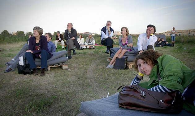 Bezoekers bij de Ongoing Series van Sarah van Sonsbeeck op 22 augustus 2009 © Gert Jan van Rooij, Museum De Paviljoens